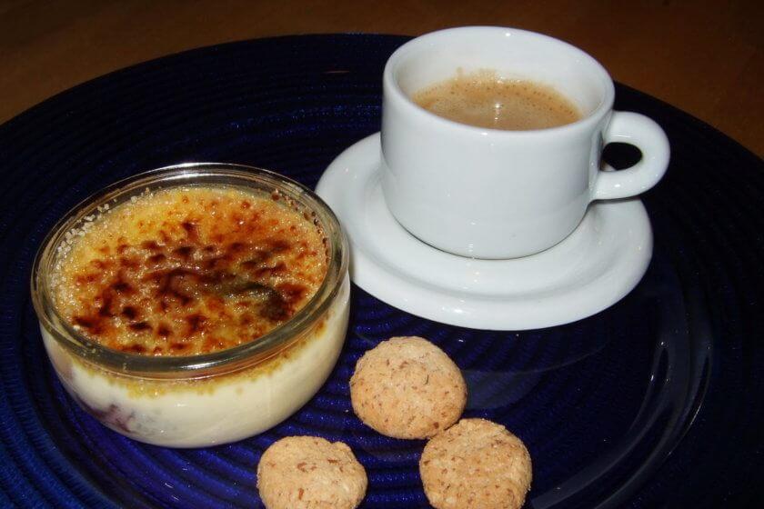 Crème brûlée mit Zwetschgenröster