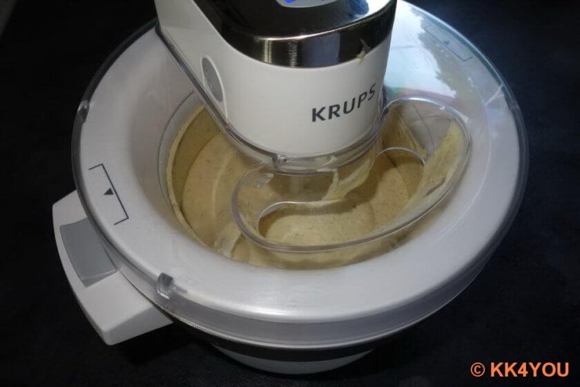 Zubereitung des Vanilleeis in der Eismaschine