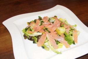 Salat mit grünem Spargel, Lachs und Bärlauch Vinaigrette