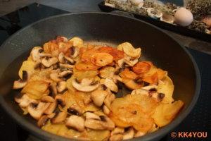 Champignons in Scheiben zu den Kartoffeln dazugeben