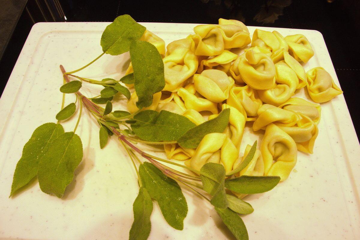 Zutaten für Tortellini in Salbeibutter