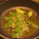 Salbeiblätter in brauner Butter brutzeln