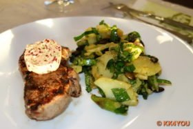 Kartoffelsalat mit Spargel und Bärlauch serviert mit Steak