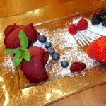 Brombeersorbet eine halb gefrorene Speise aus Fruchtpüree und Zucker