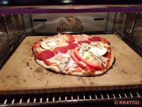 Pizza auf dem Pizzastein zum ausbacken