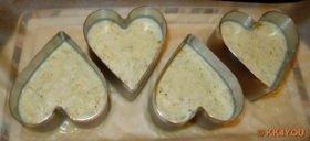 Mousse in Servierringe füllen und auf Backpapier und Teller für 1 – 2 Stunden in den Kühlschrank stellen.