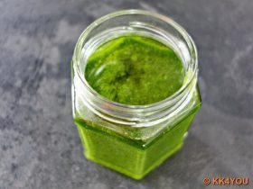 Gläser füllen und die Oberfläche mit Olivenöl bedecken