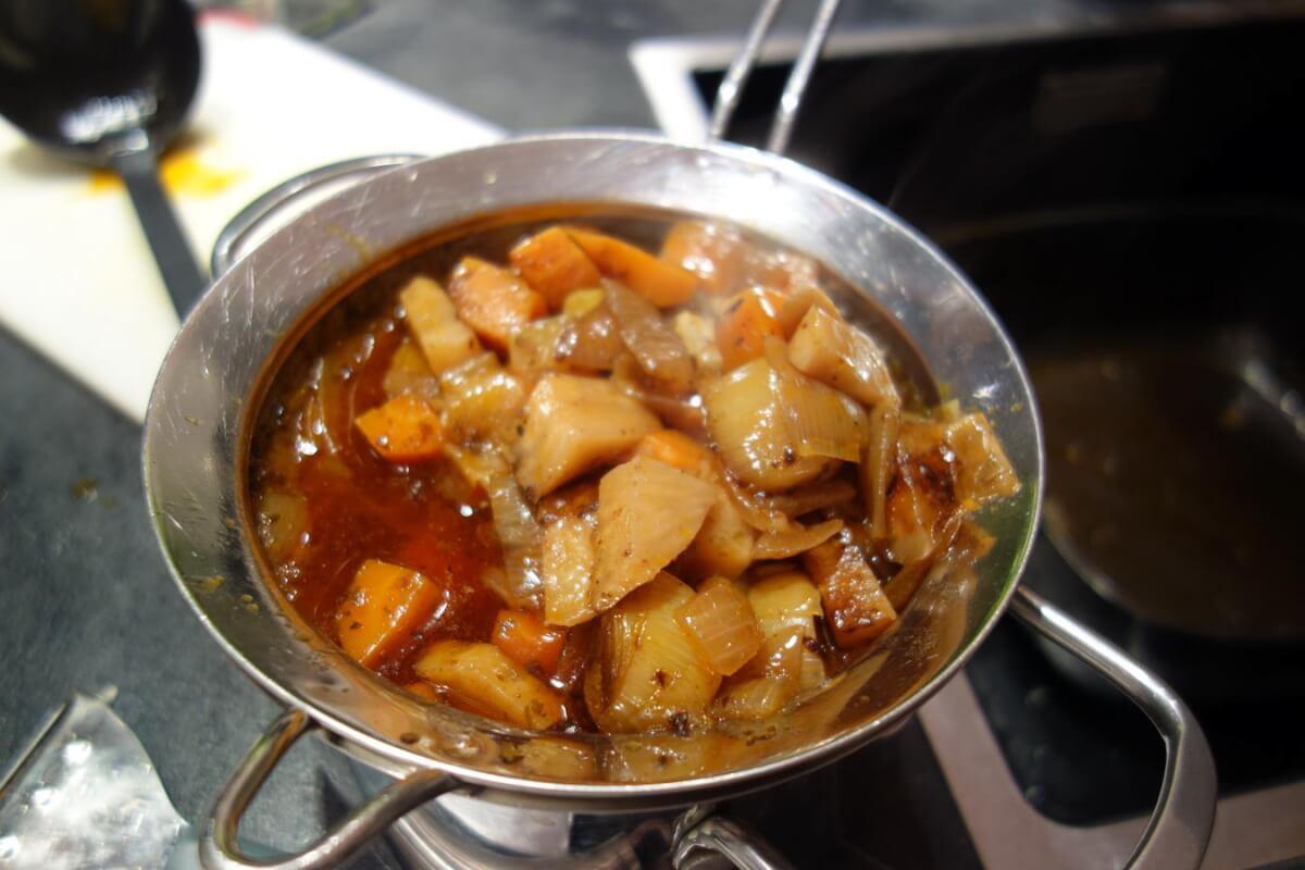 Gemüsemischung samt Bratensaft durch ein Sieb drücken