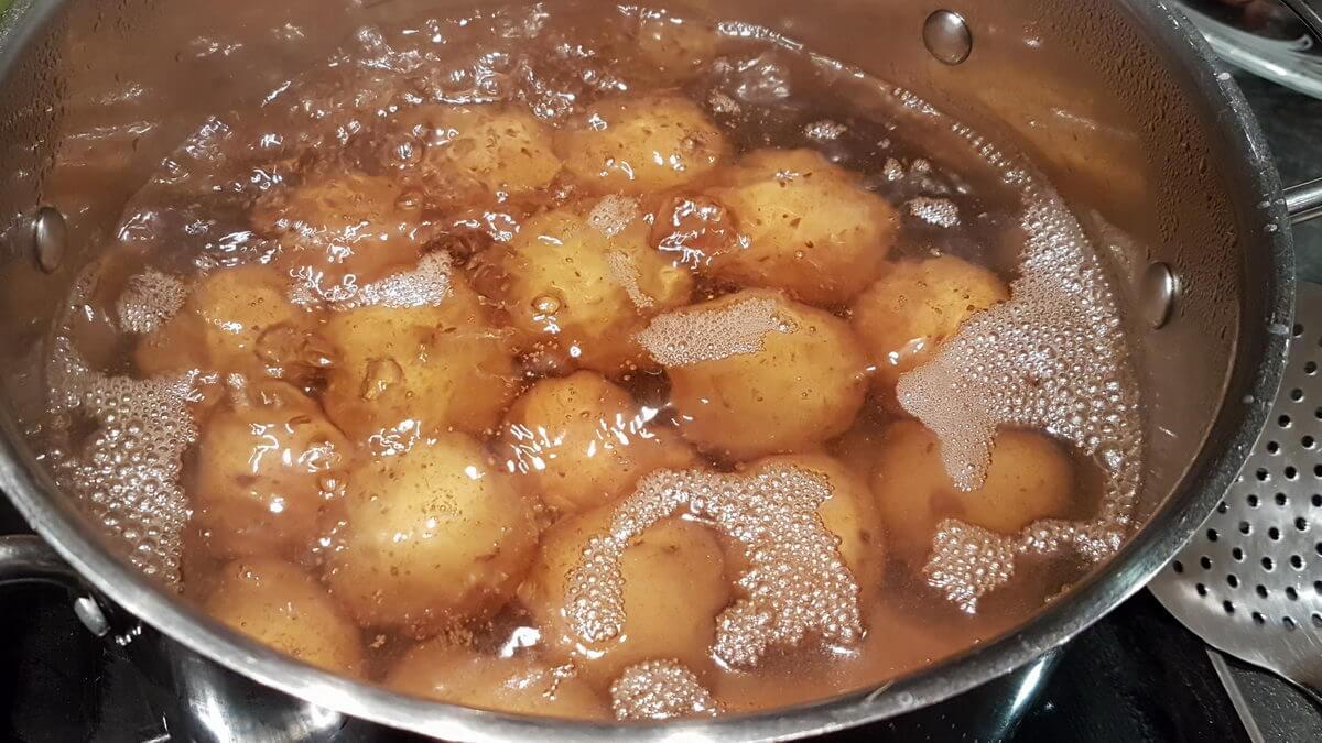 Kartoffeln in Salzwasser kochen