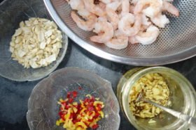 Zutaten der süß-scharfen Curry-Garnelen