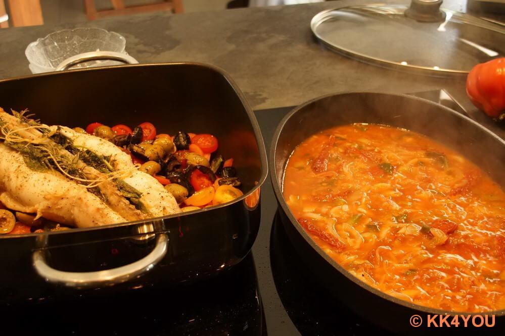 Sud über Fisch und Tomaten im Bräter gießen