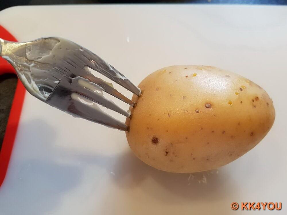 Kartoffeln mit einer Gabel von allen Seiten einstechen