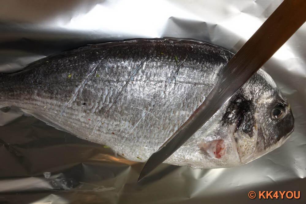 Fische auf beiden Seiten im Abstand von 2-3 cm drei bis viermal etwa 1cm tief schräg einschneiden