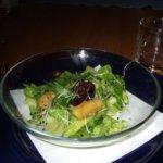 Blattsalat mit Schwarzwurst und karamellisierten Äpfeln