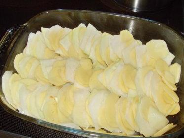Kartoffel und Kohlrabi dünn geschnitten und geschichtet