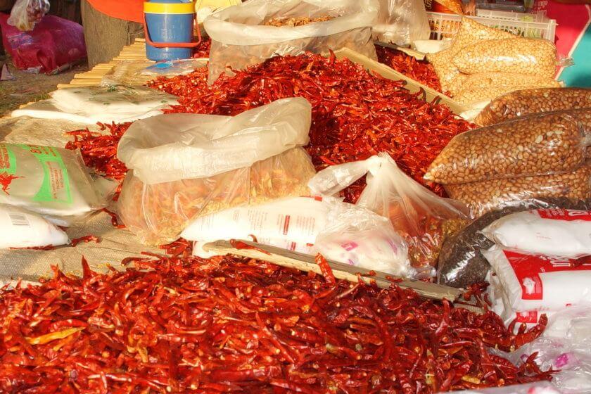 Gemüse- und Gewürzhändler auf dem Markt in Khao Lak