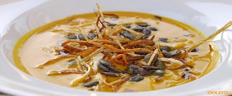 Kürbissuppe mit frittierten Gemüsestreifen