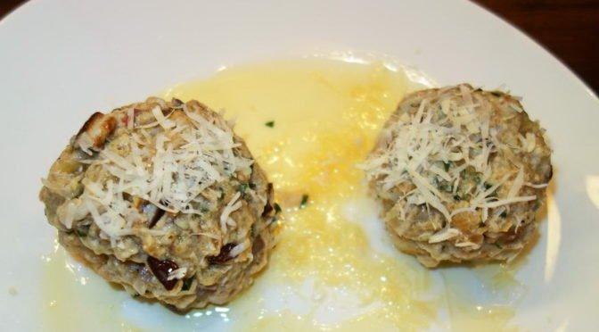 Knödel mit geriebenem Parmesan und zerlassener brauner Butter servieren