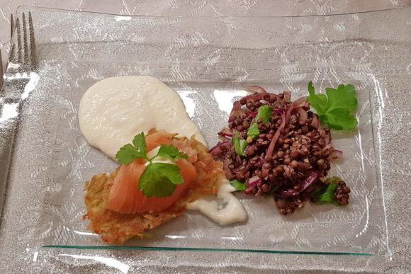 Linsensalat mit Rösti und Lachs auf einem Spiegel aus Meerrettich Mousse