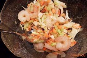 Marinade mit Meeresfrüchten und Salat mischen
