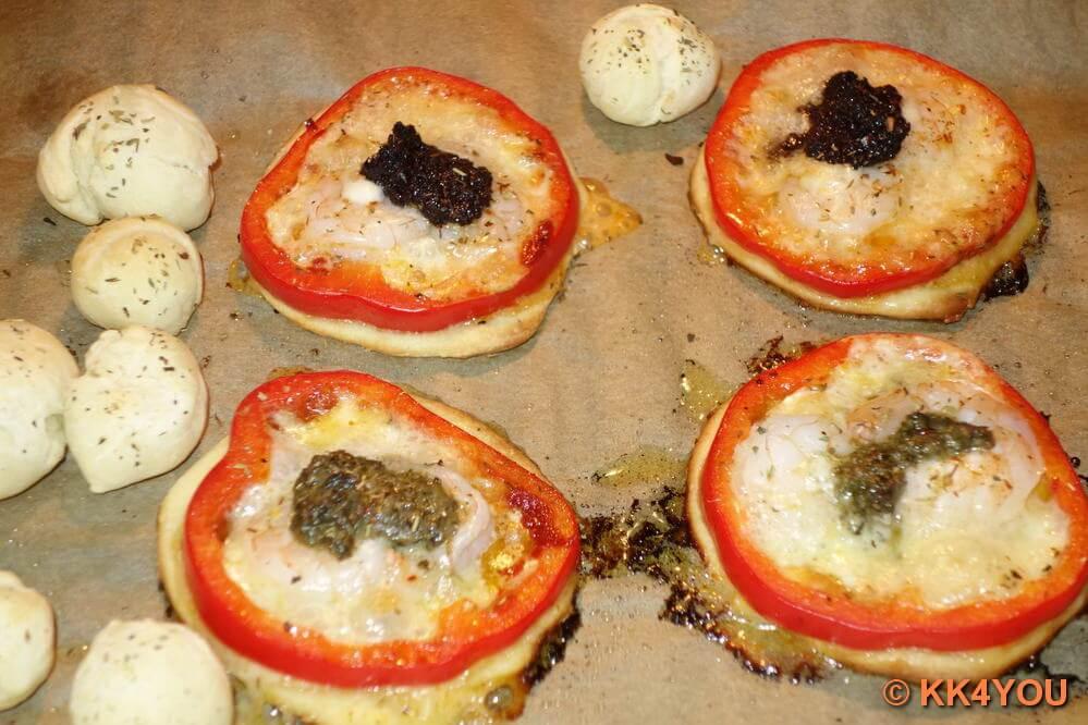 Mini Pizza mit Garnelen frisch aus dem Ofen