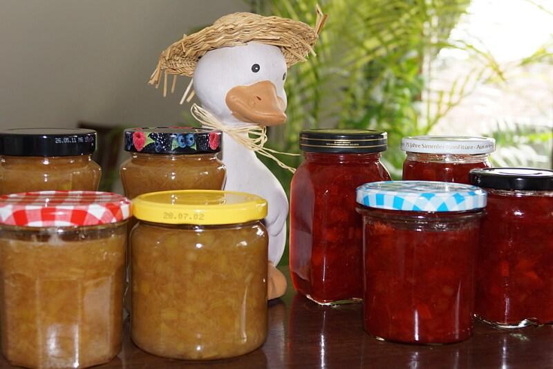 Marmelade in Glässer füllen