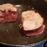 die Steaks von allen Seiten scharf  anbraten