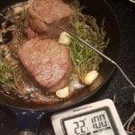 Rosmarin, Thymian und Knoblauch zugeben.  Thermometer ins Fleisch stecken.