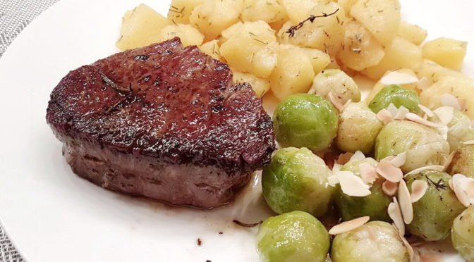 Rinderfilet-Medaillons mit Rosenkohl und Rosmarin-Kartoffeln