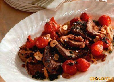 Rinderfilet mit Tomaten Pinienkernen und Knoblauch