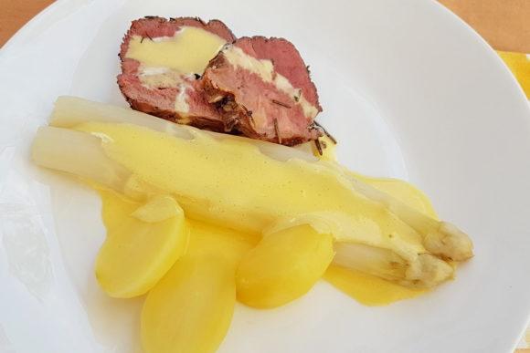 Roastbeef  mit Spargel, Sauce Hollandaise und Salzkartoffeln