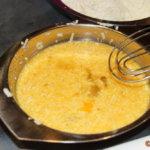 Eier und Sahne mit 50g Parmesan, Salz und Pfeffer zu einer schaumigen Masse verrühren