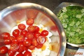 Salat vorsichtig vermischen