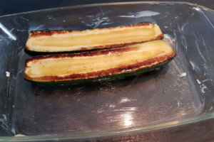 In gebutterter Form die Zucchini anordnen