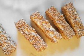 Fetastücke von allen mit Sesam ummanteln