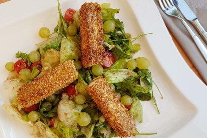 Überbackener Feta in Honig-Sesam-Kruste auf Blattsalat