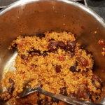 Couscous mit Gemüsebrühe übergießen und vermischen