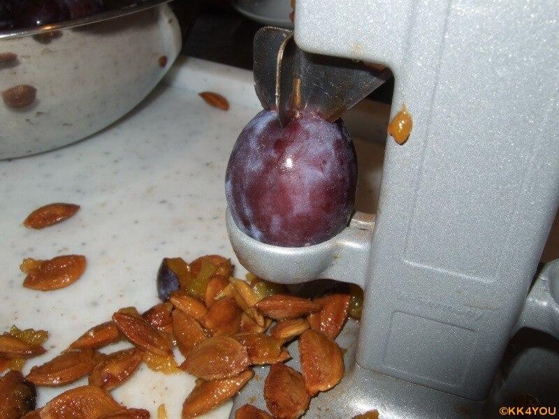 Zwetschgen Marmelade -Zwetschgen entkernen
